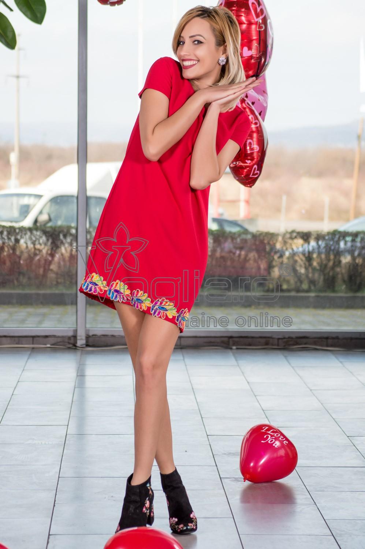 rochie-rosie-cu-aplicatii-colorate-1518177738-4
